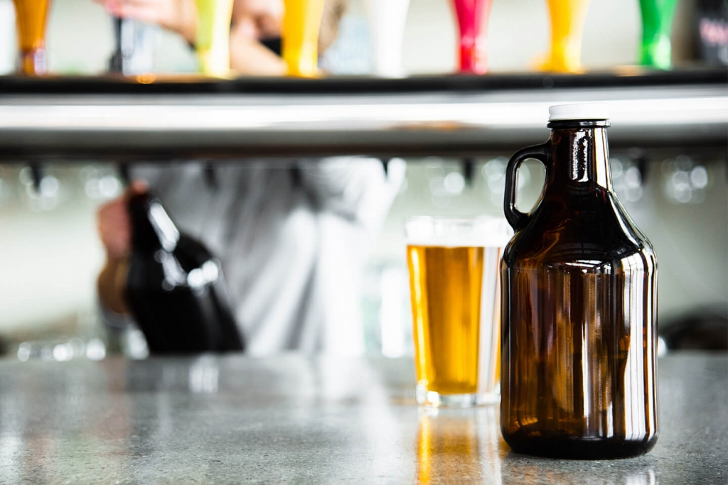 Libbey beer classics 32 oz. growler with lid.